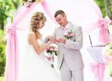 Prepare poner un anillo en el finger de la novia durante ceremonia de boda fotos de archivo libres de regalías