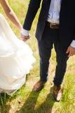 Prepare prender sua mão da noiva com um anel Imagem de Stock Royalty Free
