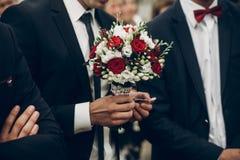 Prepare sostener el ramo elegante de rosas rojas antes de casarse ceremo foto de archivo libre de regalías
