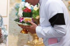 Prepare sostener la bandeja de regalos o de makk de Khan en ceremonia de boda tradicional tailandesa foto de archivo libre de regalías