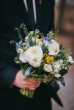 Prepare sostener un ramo de la boda en un parque, primer, f selectiva Foto de archivo