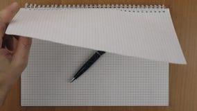 Prepare un cuaderno para dibujar con una pluma metrajes