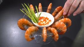 Prepare un plato del camarón del mar almacen de metraje de vídeo