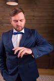 Prepare a vista em uma aliança de casamento em seu dedo foto de stock