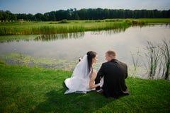 Prepare y el paseo de la novia cerca del lago en su día de boda fotografía de archivo