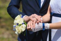 Prepare y la novia con un ramo de rosas imagen de archivo libre de regalías