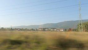 Prepari andare dopo le terre e costruzioni, orizzonte della montagna e città al piede, viaggio video d archivio