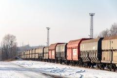 Prepari con molti vagoni neri del carico del carbone vicino a Karvina immagine stock