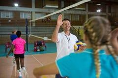 Prepari dare il livello cinque al giocatore femminile nella corte di pallavolo Fotografia Stock Libera da Diritti