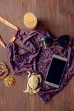 Prepari gli accessori e gli oggetti di viaggio per l'estate sul bordo di legno bianco, la disposizione del piano, il fondo di vis Fotografia Stock Libera da Diritti