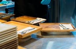 Prepari i piatti nella cucina Fotografie Stock