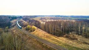 Prepari il passaggio ad una distanza alla doppia linea ferrovia Fotografia Stock Libera da Diritti