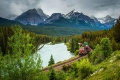 Prepari il passaggio con la curva ad S in valle dell'arco, nazione del ` di Morant di Banff Immagini Stock Libere da Diritti