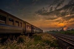 Prepari il passaggio vicino sopra la ferrovia rurale di mattina o ai wi dell'alba Immagini Stock
