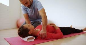 Prepari l'assistenza della donna nello studio 4k di forma fisica stock footage