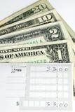 Prepari lo scontrino di versamento per fare un deposito bancario Fotografia Stock Libera da Diritti