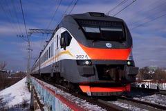 Prepari sul ponte, sul cielo blu e sulla ferrovia Fotografia Stock Libera da Diritti