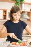 Preparin Salat lizenzfreie stockbilder