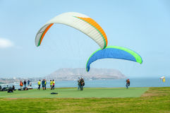 Preparing departure for paragliding over the pacific ocean Royalty Free Stock Photos
