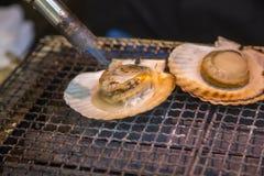 Preparing fresh scallops Tsukiji fish market in Tokyo Royalty Free Stock Images
