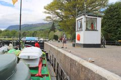 Preparing to moor boat inside canal lock. Lock keeper about to moor boat inside Dochgarroch Lock on the Caledonian Canal in Scotland stock photo