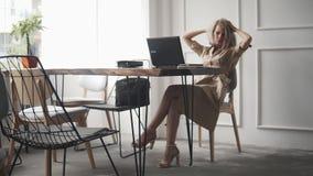 prepearing年轻,愉快的妇女有在互联网wifi咖啡馆的录影闲谈 美好女性谈话与父母,分享 股票录像