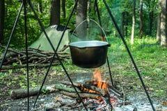 Prepearing еда на открытом огне стоковая фотография rf