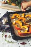 Prepearing che pumpking per arrostito nel forno immagini stock libere da diritti