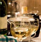 Preperations de la cena para dos personas imagen de archivo