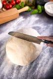 Prepering и тесто пиццы вырезывания с ножом Стоковое Фото