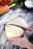 Prepering и тесто пиццы вырезывания с ножом Стоковые Фотографии RF