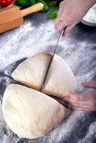 Prepering и тесто пиццы вырезывания с ножом Стоковые Изображения
