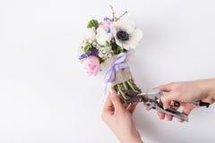 Prepering ein Frühlingsblumenstrauß Lizenzfreies Stockfoto