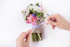 Prepering ein schöner Frühlingsblumenstrauß Lizenzfreie Stockbilder