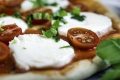 Prepering margheritapizza med mozzarellaen för att baka Royaltyfria Foton