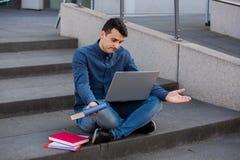 Preplexed student som förbereder sig för examen royaltyfria bilder
