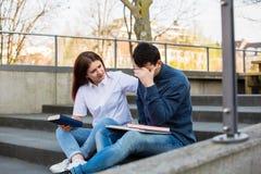 Preplexed student som förbereder sig för examen fotografering för bildbyråer