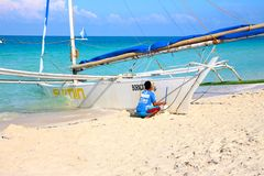 Prepping the sailing boat for a trip around the island Royalty Free Stock Photos