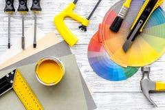 Preraring para la reparación casera Herramientas de Contruction en la opinión superior del fondo de madera gris del escritorio Fotos de archivo libres de regalías
