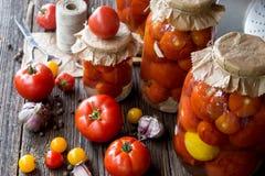 Prerogative del pomodoro nei barattoli Fotografia Stock