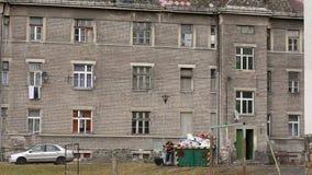 PREROV, republika czech, MARZEC 5, 2017: Getta biedny gypsy, mężczyzna pracuje z żelazem zdjęcie wideo