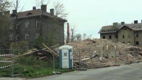Prerov Tjeckien, November 1, 2017: Huset för personalen av drevstationen därefter den tidigare zigenska gettot av gatan stock video