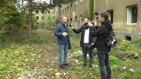 PREROV TJECKIEN, OKTOBER 29, 2017: Getto som är fattig i Prerov, gata med den övergav tidigare zigenska gettot, reporter och stock video
