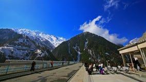Presa alpina de Kurobe de la visita de los turistas en Tateyama, Japón Imagenes de archivo