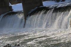 Presa, cascada la corriente del río cae de la presa en el invierno presa helada con una corriente fuerte del río descensos brilla Fotografía de archivo libre de regalías