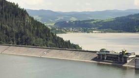 Presa concreta gigante del agua, central eléctrica hidroeléctrica metrajes