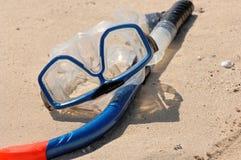 Presa d'aria ed occhiali di protezione sulla sabbia Fotografia Stock Libera da Diritti