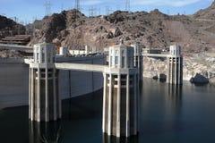 Presa de Hoover con las torres de agua Fotos de archivo libres de regalías