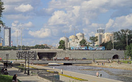 Presa de la charca de la ciudad en Ekaterimburgo, Rusia Imagen de archivo