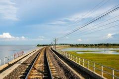 Presa de Pasak Chonlasit del cruce ferroviario, Lopburi, Tailandia fotos de archivo